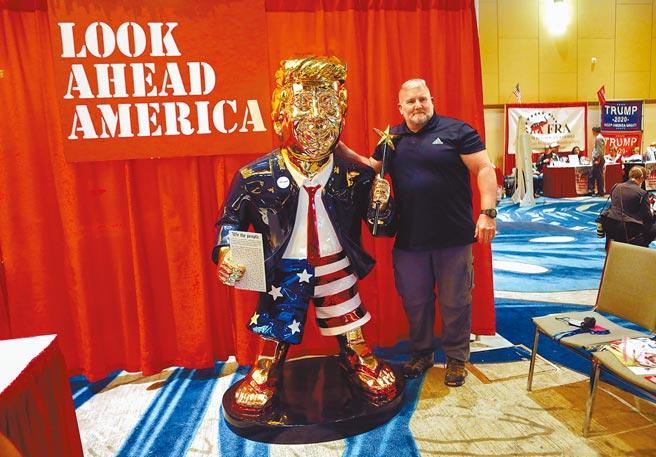美國共和黨「保守政治行動會議」正在佛州奧蘭多舉行大會,前總統川普28日將發表壓軸演說。另一個矚目焦點是會場擺上了比真人還大的川普金色雕像。(路透)