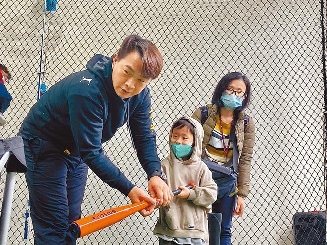 前中信兄弟球星「恰恰」彭政閔(左)在退休後創立「恰棒球學苑」,貼身指導小朋友。(鄧心瑜攝)