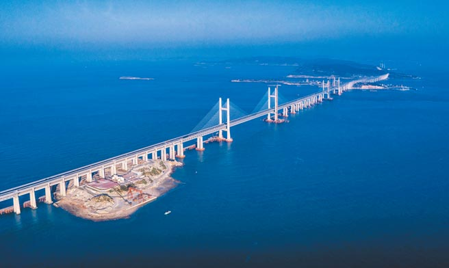 大陸近日發布《國家綜合立體交通網規劃綱要》,聲稱2035年前要在福州到台北間建高鐵。圖為平潭海峽公鐵大橋。(中新社)