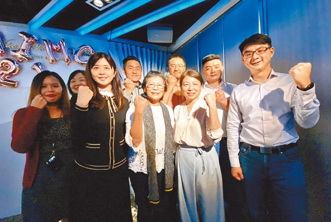 時代力量黨主席陳椒華(左三起)、台中市黨部主委洪錦鈺,領導年輕人投入選戰,對其他政黨造成一定程度的衝擊。(盧金足攝)