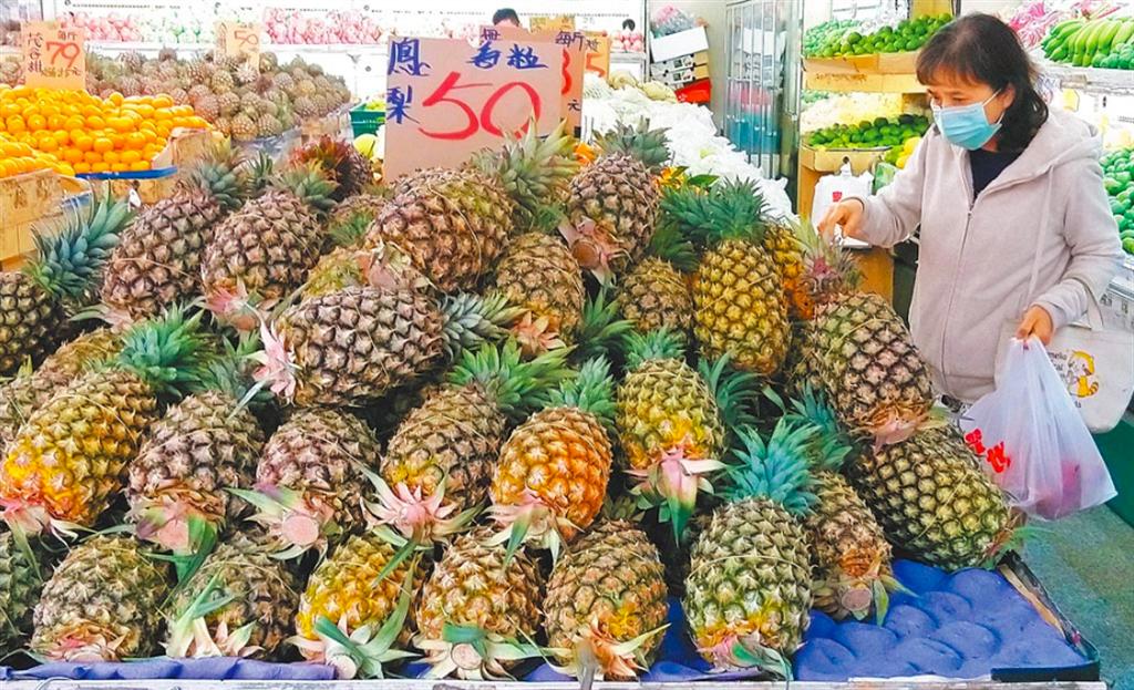 圖為民眾在水果賣場選購鳳梨支持農民。(王英豪攝)