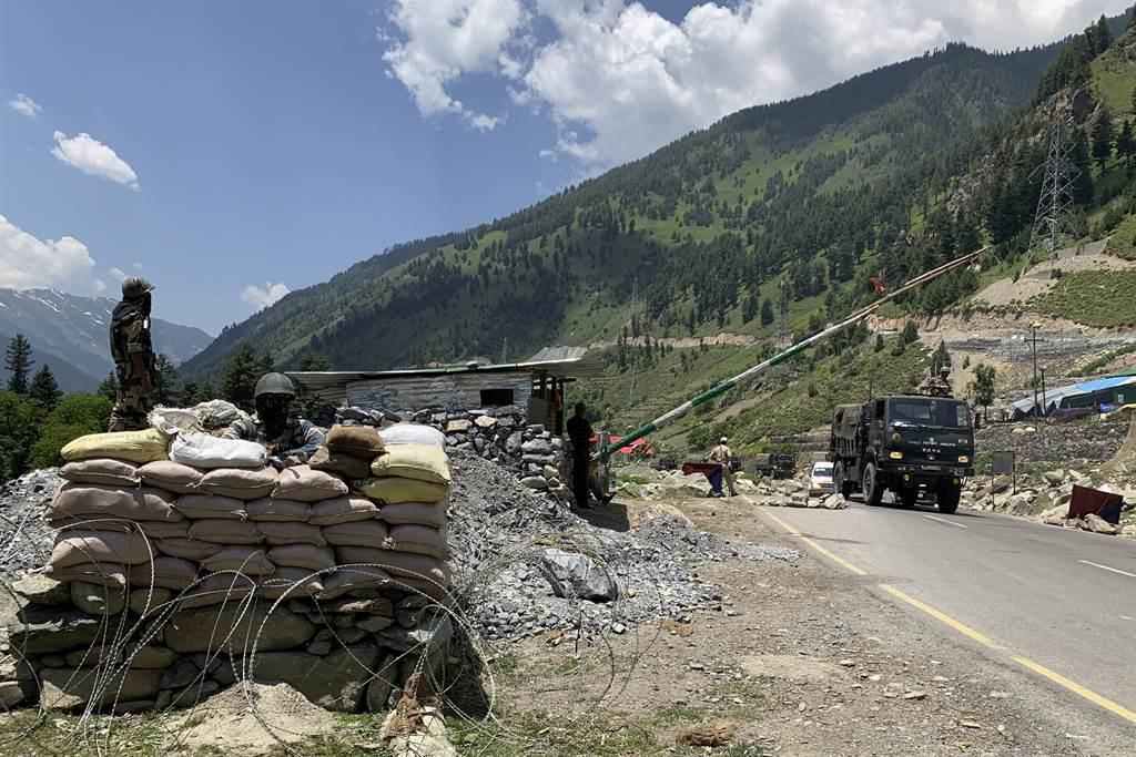 中印邊防部隊2020年6月15日在東拉達克加勒萬谷(Galwan Valley)爆發流血衝突後,印度18日向邊境增兵的畫面。(美聯社)