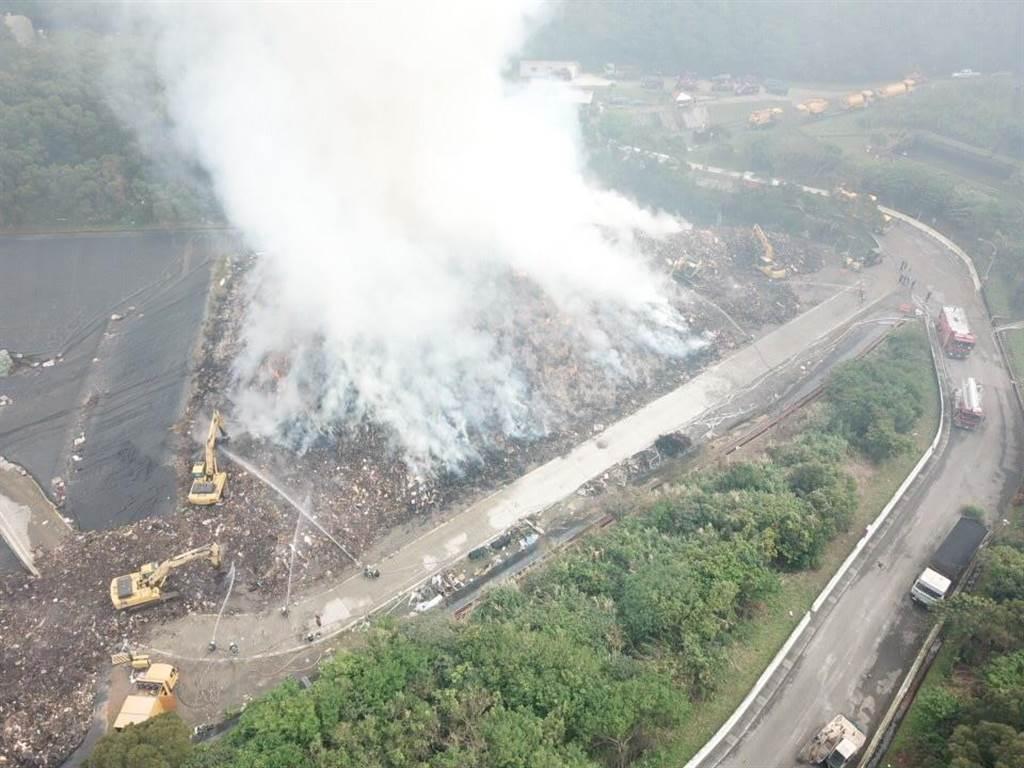 新北市的八里垃圾掩埋场火灾仍未熄灭,闷烧30小时,恶臭与浓烟飘散双北地区。(翻摄照片/李俊淇新北传真)
