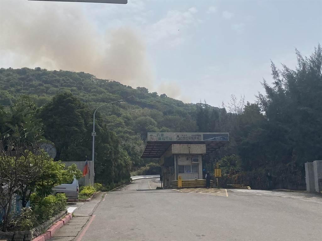 八里掩埋场后方巨大家具暂置区昨早发生火警,延烧30个小时,至今仍窜出浓浓黑烟。(林金池摄)