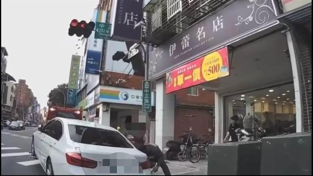 拖车过程中48岁曹姓女车主突然现身,当时车辆并未移动,警员坚持曹女没带钥匙,双方爆肢体衝突。(影片翻摄)