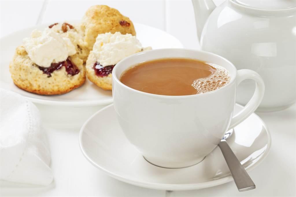 許多人習慣在飯後喝茶、吃甜點,醫師透露一般人常見的飯後5大習慣最傷。(示意圖/達志影像)