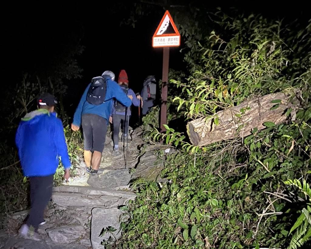 屏東消防局接獲大武山登山意外,警消協助傷者回到新登山口。(屏縣消防局提供)
