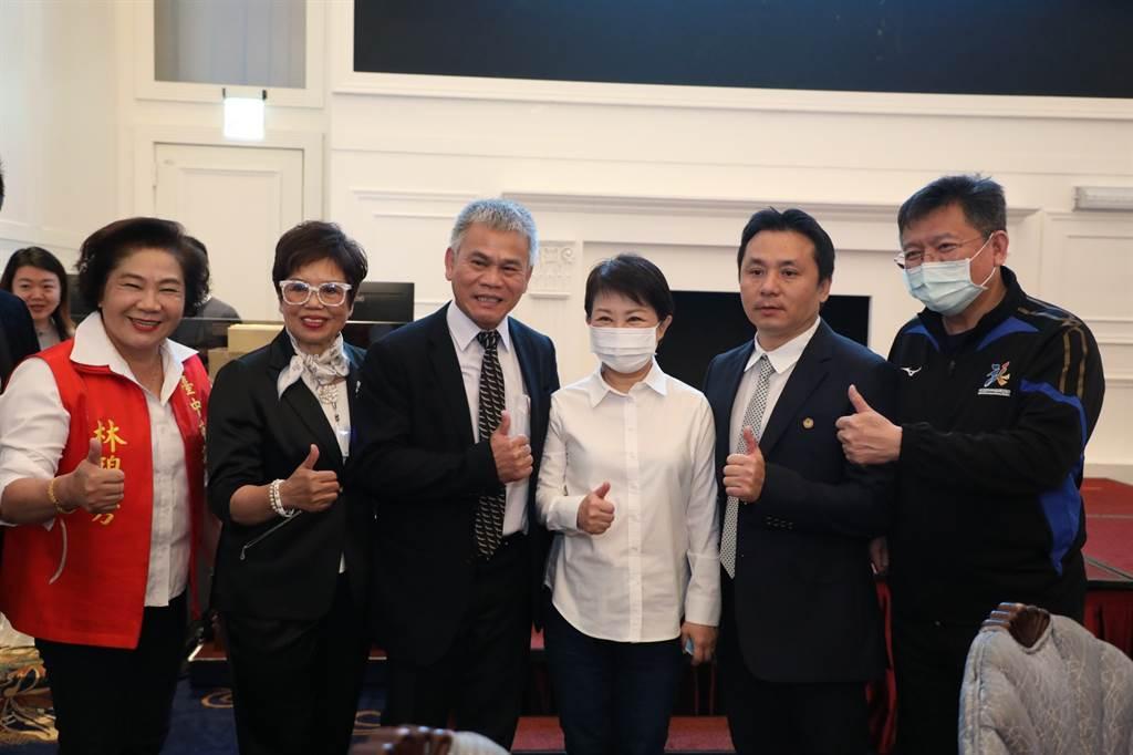 台灣游泳池事業協會成立,台中市長盧秀燕親臨力挺。(台中市政府運動局提供)