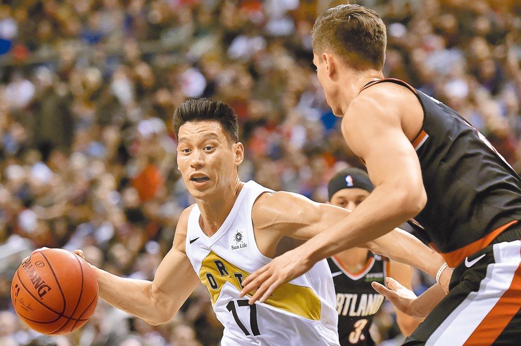 美國媒體撰文指出林書豪(左)想要重回NBA或是勇士必須面對三大難題,而傷病史更是阻攔他的最大障礙。(美聯社資料照片)
