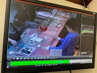 男子出狱又行窃 趁店家不注意偷6万金项炼