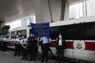 港47名泛民人士今早出庭 逾百人庭外聚集 港警一度舉藍旗