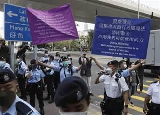 香港47泛民人士法院應訊 氣氛緊張 港警高舉「藍旗、紫旗」