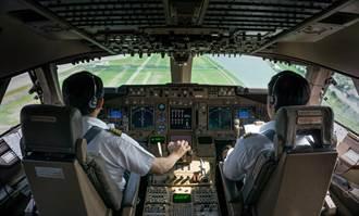 最萌「劫機客」闖駕駛艙攻擊 飛行員崩潰急迫降