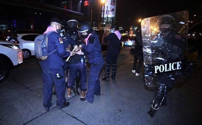 泰國抗議民眾包圍第1步兵團營區,並與警方發生肢體衝突。圖為鎮暴警察逮捕抗議者。(圖/美聯社)