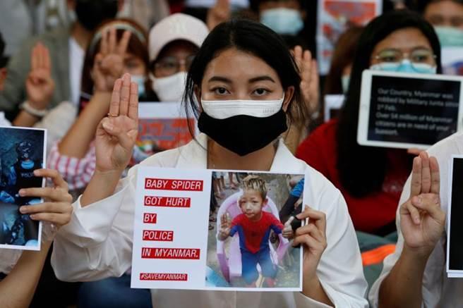 在曼谷的緬甸公民也聲援故鄉的抗議活動。(圖/路透社)