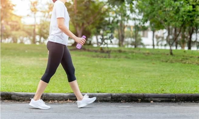 走路接地氣!專家推薦正念散步法,對減緩糖尿病、預防記憶衰退有幫助。(示意圖/Shutterstock)