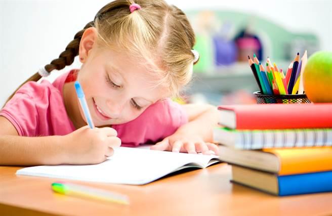 網上流傳許多小朋友無厘頭的作業簿,有些內容常讓家長、老師看得哭笑不得。(示意圖/Shutterstock)