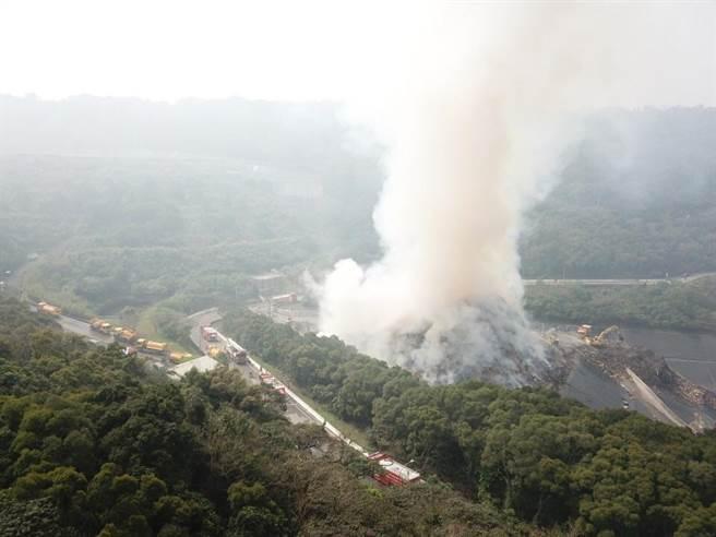 新北市的八里垃圾掩埋場火災仍未熄滅,悶燒30小時,惡臭與濃煙飄散雙北地區。(翻攝照片/李俊淇新北傳真)