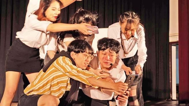 台北城市科大演艺系毕业生将上演《乱民全讲》之青春废言版,图为学生排演状况。(台北城市科大图说/林志成台北传真)