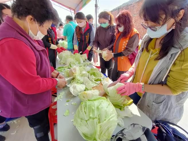 社區的婆婆媽媽們總動員,出動協助製作高麗菜乾。(吳建輝攝)