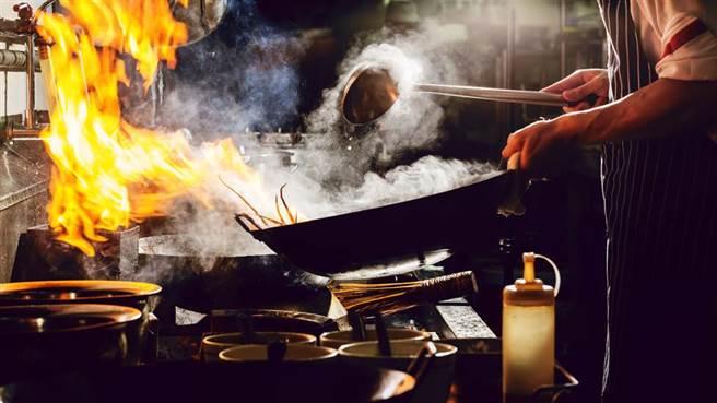 一名男網友分享一家炒飯店的菜單,選項多到讓他以為是在看榜單。(達志影像/示意圖非當事店家)