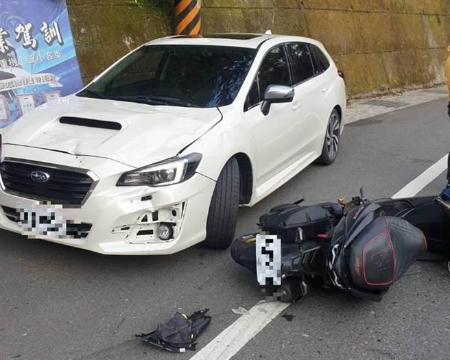 20歲謝姓男子昨下午4時許,騎機車行經新北市坪林區北宜公路32.7公里、財茂彎附近,謝男疑因過彎不慎,直接撞上對向36歲李姓男子駕駛的Subaru新車。(翻攝)