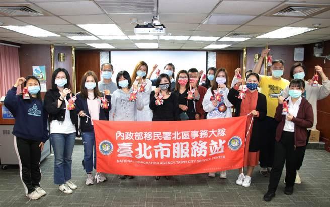 移民署台北市服務站家庭教育課程透過「抓住春節的尾巴:手作燈籠」活動,讓在場的新住民朋友感受年味的氣氛。(圖:移民署提供)