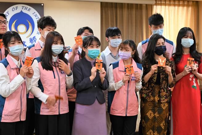 李倚瑄(左前3)就讀大學航空服務相關科系,課餘時間也熱中參與各類公益服務活動,目前是「新住民二代親善大使團」成員。