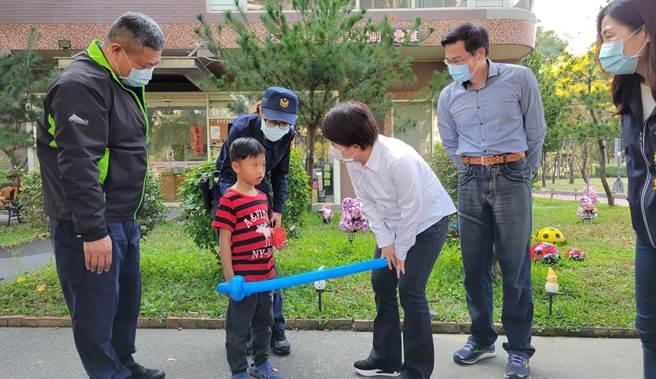 台中市一名男童在台中公園遊玩與家人失散,巧遇市長盧秀燕,送牛年紅包給他壓驚。(台中市府提供/盧金足台中傳真)