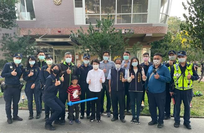 男童與家人重新團聚,台中市長盧秀燕提醒男童要緊緊跟著家人,以免再走失。(台中市府提供/盧金足台中傳真)