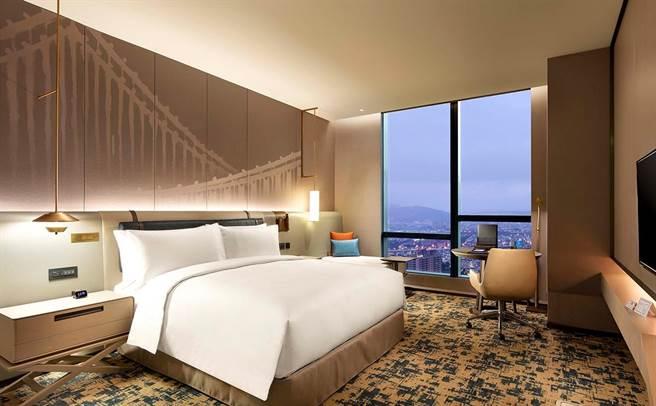 臺北新板希爾頓酒店房間,全台10餘間飯店均可享買1送1入住優惠。(可樂旅遊提供)