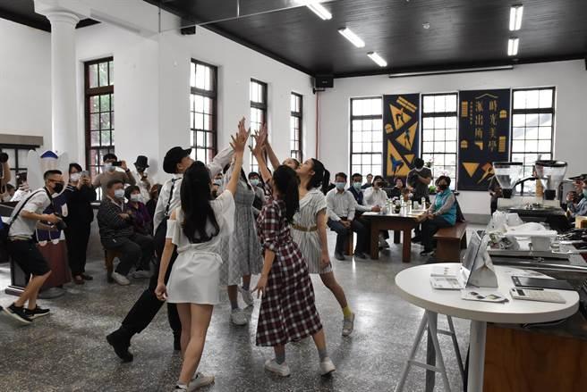 雲林縣府文化觀光處邀請舞者以現代舞鋪陳舊斗南分局歷史,從美學角度認識舊分局。(周麗蘭攝)