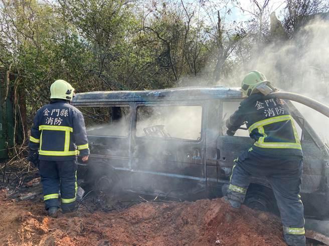 廂型車起火濃煙四竄,嚇壞附近的居民。(金門縣消防局提供)