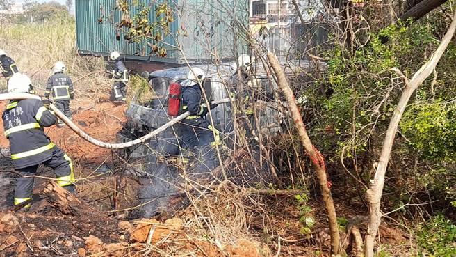 金門縣消防局出動5車27人趕往灌救,火勢在15分鐘內撲滅。(金門縣消防局提供)