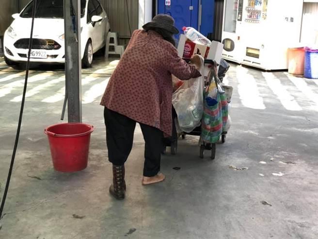 1名网友日前在路上看到1名拾荒阿嬷,该阿嬷步履蹒跚、驼着背,脚上只有1只脚穿着破旧雨鞋,另1脚则赤脚,让他相当心疼。(图/翻摄自脸书「爆废公社二馆」)