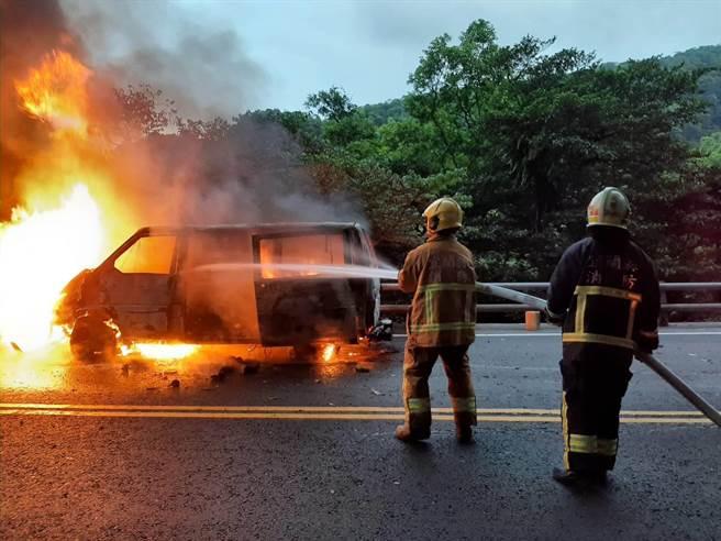 一輛廂型車今天在蘇花公路發生擦撞後忽然起火燃燒。(翻攝照片/李忠一宜蘭傳真)