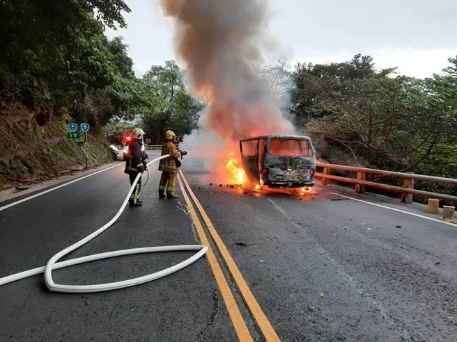廂型車冒煙起火時,駕駛未在車上,無人受困、受傷。(翻攝照片/李忠一宜蘭傳真)