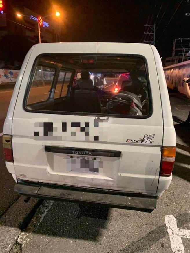 台南市佳里警分局上月27日深夜盘查拦截经姓窃贼厢型车,并于车厢内发现一辆刚偷来的机车。(读者提供/刘秀芬台南传真)