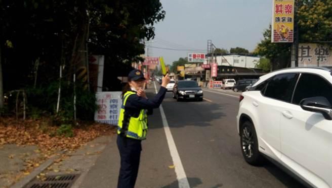 228連假期間,台南白河警分局動員警力及民力188人次維護交通順暢。(讀者提供/劉秀芬台南傳真)