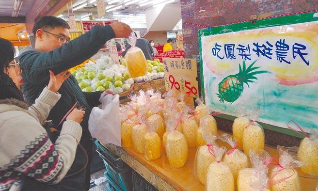 台灣鳳梨正剛進入採收期,中國大陸宣布3月1日起暫停進口,對鳳梨產業影響重大;學者憂心,這只是開端,擔心是接著下來,一項一項農產品受到牽連,我國農產品外銷堪慮。圖為民眾在水果賣場選購鳳梨支持農民。(王英豪攝)