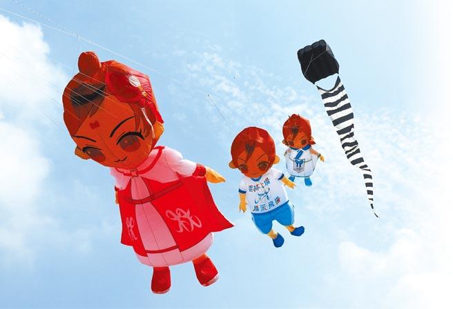 全中運吉祥物雲凌王子(左三)、蘭心公主(左一)氣囊風箏日前試飛成功。(雲林縣政府提供/周麗蘭雲林傳真)