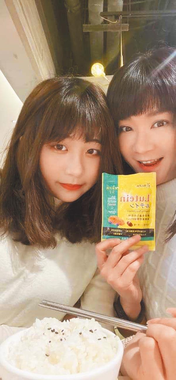 陸元琪(右)與女兒袁融近日同框。(摘自臉書)