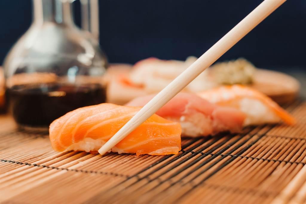 夀司看起來很健康,但魚肉和醬油的組合就變成高鹽食物了。(達志影像/shutterstock)