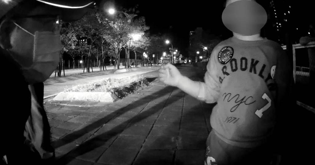 熱心民眾發現小男童獨自在附近的兒童遊戲區哭泣,便請警方前來協助。(台中市警局第三分局提供/馮惠宜台中傳真)