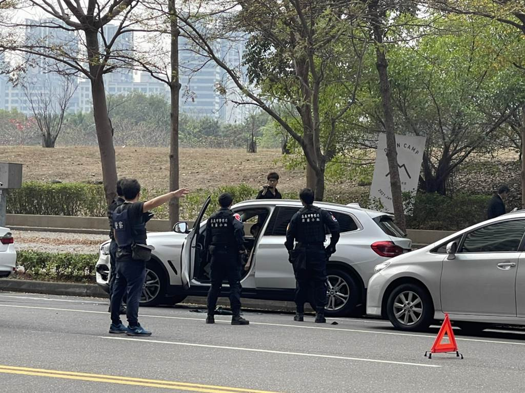 嘉义通缉犯驾驶一辆白色休旅车(中)到高雄,停放在路边停车格,遭警方围捕。(民眾提供)
