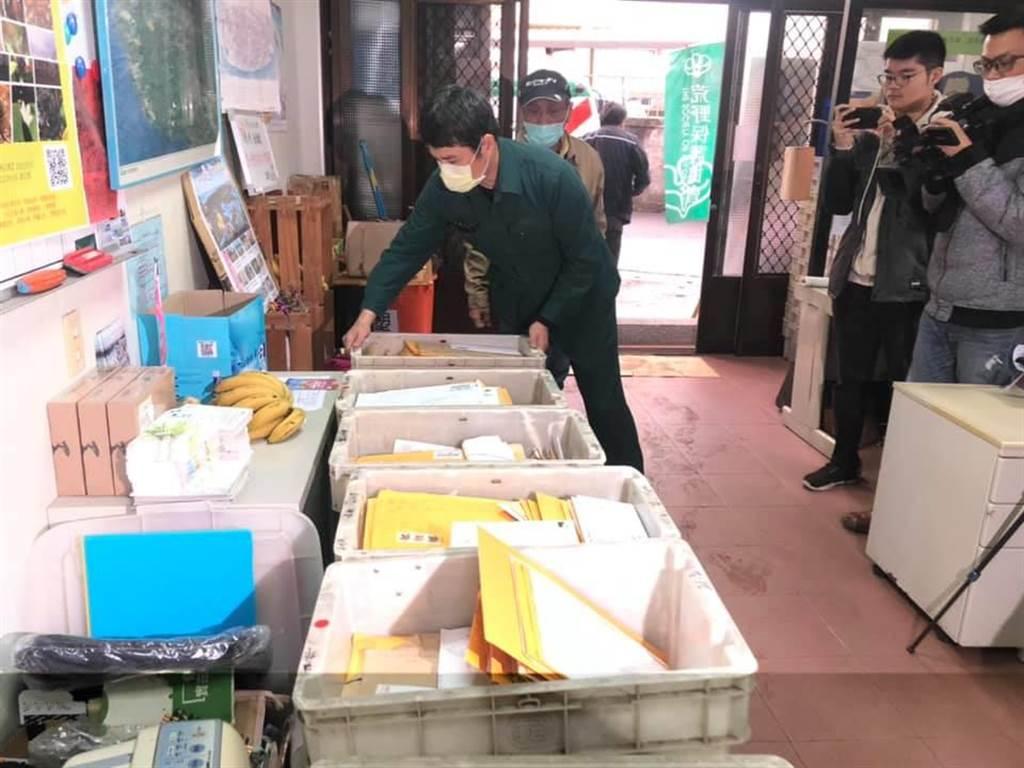郵差送到總部連署書總計26箱,藻礁連署確定突破35萬安全份數。(呂筱蟬攝)