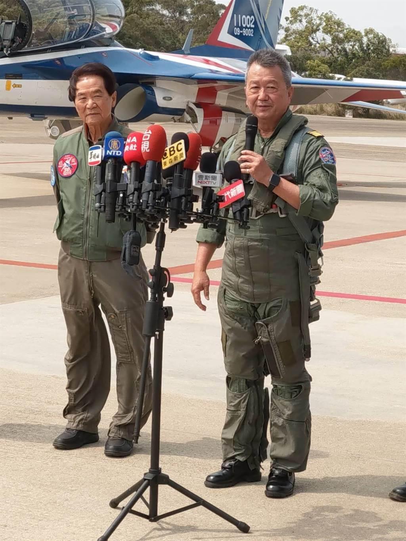 漢翔董事長胡開宏(右)同乘勇鷹高教機。呂昭隆攝