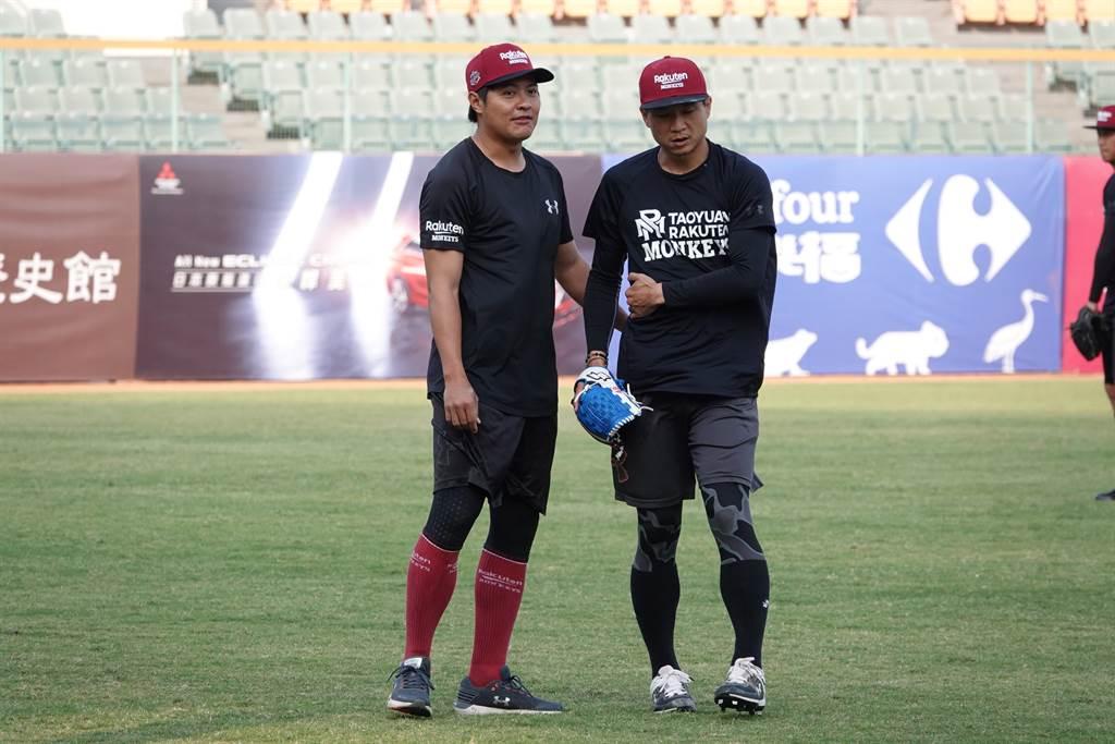 林國裕(左)轉任樂天桃猿訓練員,協助投手教練許銘傑也幫忙情蒐工作。(毛琬婷攝)
