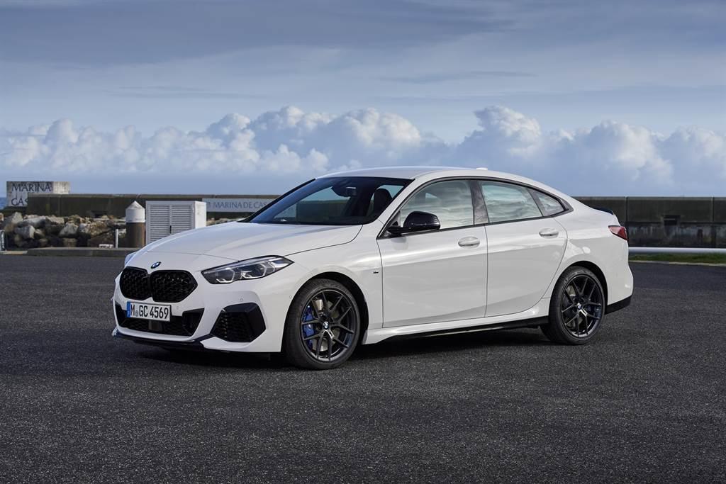 正2021年式BMW 2系列Gran Coupé全車系標配主動式車距定速控制系統、手機無線充電裝置、iDrive 7.0全數位虛擬座艙、iPhone手機數位鑰匙、智慧語音助理2.0與無線智慧型手機整合系統,提供車主輕鬆且便利的用車體驗。