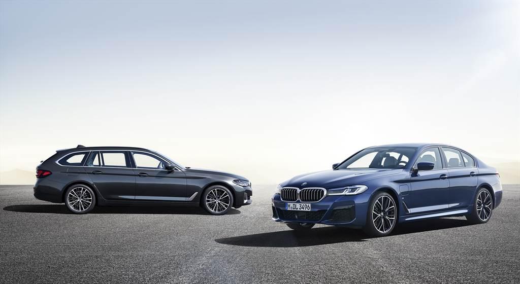 正2021年式全新BMW 5系列依車型分別升級車況抬頭顯示器、智慧LED頭燈或智慧雷射頭燈、電子懸吊系統與豪華型四區恆溫空調,重新改寫豪華定義。